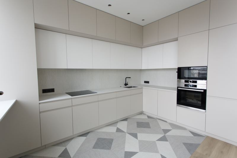 Кухня – Caesarstone 4011 Cloudburst Concrete Санузлы – Grandex P104 Pure White